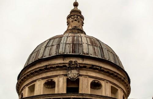 Tempietto, latarnia z początku XVII w. i herb królów hiszpańskich