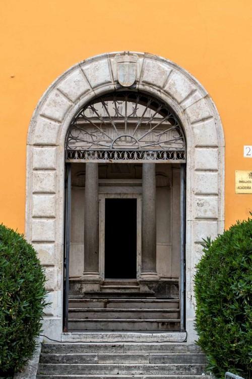 Wejście na dziedziniec klasztorny kościoła San Pietro in Montorio, w oddali Tempietto
