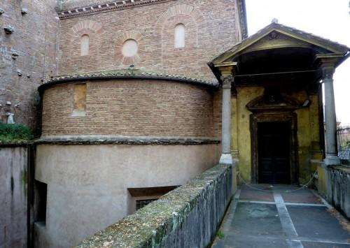 Bazylika Sant'Agnese fuori le mura, absyda i wejście na empory, widok od via Nomentana
