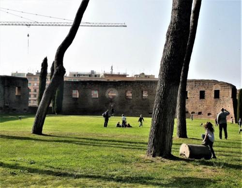 Sant'Agnese fuori le mura, dzieci bawiące się na murawie dawnej bazyliki cmentarnej z IV w.