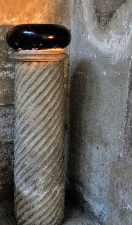 Santa Sabina, kamienny odważnik z czasów antycznych, wg legendy kamień, którym Szatan chciał zabić św. Dominika