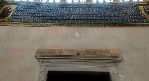 Santa Sabina, mozaika dedykacyjna nad drzwiami wejściowymi