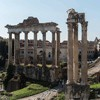 Pozostałości świątyni boskiego Wespazjana i Tytusa na Forum Romanum (po prawej), resztki świątyni Saturna (po lewej)