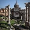 Pozostałości świątyni Wespazjana i Tytusa (trzy kolumny po lewej), w oddali łuk Septymiusza Sewera, Forum Romanum