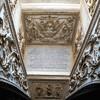 Kaplica Męczeństwa św. Piotra (Tempietto), napis dedykacyjny i płaskorzeźba - Maria wśród świętych (franciszkańskich), krypta