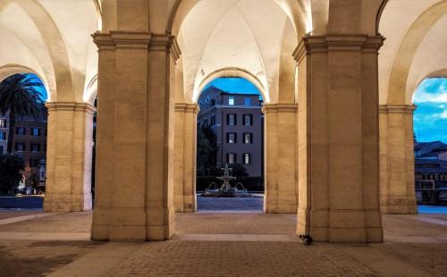 Palazzo Barberini, monumentalny podjazd do Palazzo Barberini, widok na fontannę znajdującą się na wprost fasady pałacu