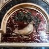 Wnętrze bazyliki San Pietro in Vaticano, powtarzający się motyw gołębicy z gałązką oliwną w dziobie - herb rodu Pamphilj