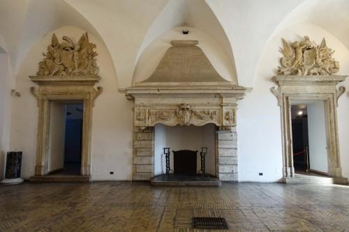 Zamek św. Anioła, w nadprożach herb rodu Altieri