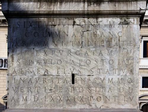 Kolumna Marka Aureliusza, napis na postumencie upamiętniający papieża Sykstusa V, Piazza Colonna