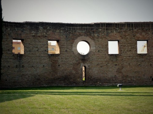 Pozostałości muru absydy dawnej bazyliki cmentarnej Sant'Agnese, ufundowanej przez Konstantynę