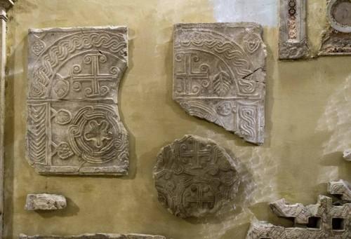Bazylika Sant'Agnese fuori le mura, fragmenty wydobytych w kompleksie antycznych i wczesnochrześcijańskich reliktów