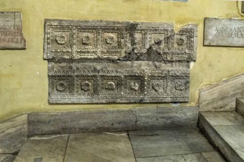 Sant'Agnese fuori le mura, fragmenty wydobytych w kompleksie antycznych i wczesnochrześcijańskich reliktów