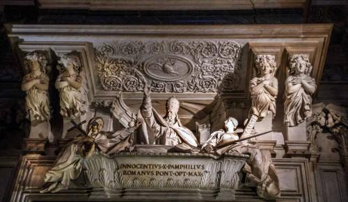 Sant'Agnese in Agone, Giovanni Battista Maini, nagrobek Innocentego X