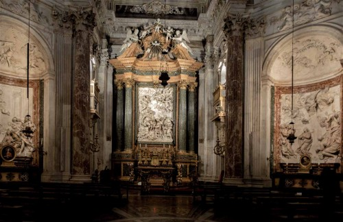Sant'Agnese in Agone, ołtarz główny, po prawej ołtarz św. Emerencjany
