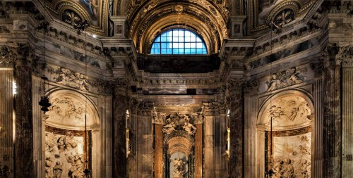 Sant'Agnese in Agone, widok lewej nawy, w środku posąg św. Agnieszki