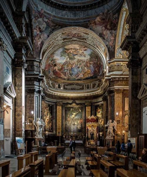 Sant'Andrea delle Fratte, widok kopuły zaprojektowanej przez Gaspara Guerrę i zdobionej malowidłami Andrei P. Mariniego