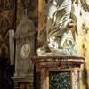 Sant'Andrea delle Fratte, w tle płyta nagrobna  Antoniego Zucchiego i Angeliki Kauffmann