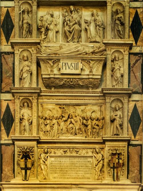 Sant'Andrea della Valle, pomnik nagrobny papieża Piusa III