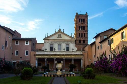 Fasada bazyliki Santa Cecilia i zabudowania klasztorne po obydwu stronach