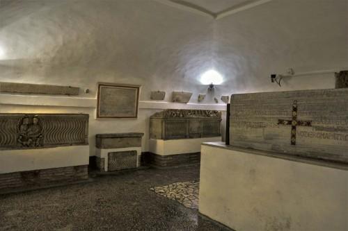 Podziemia kościoła Santa Cecilia, sala z pozostałościami sarkofagów