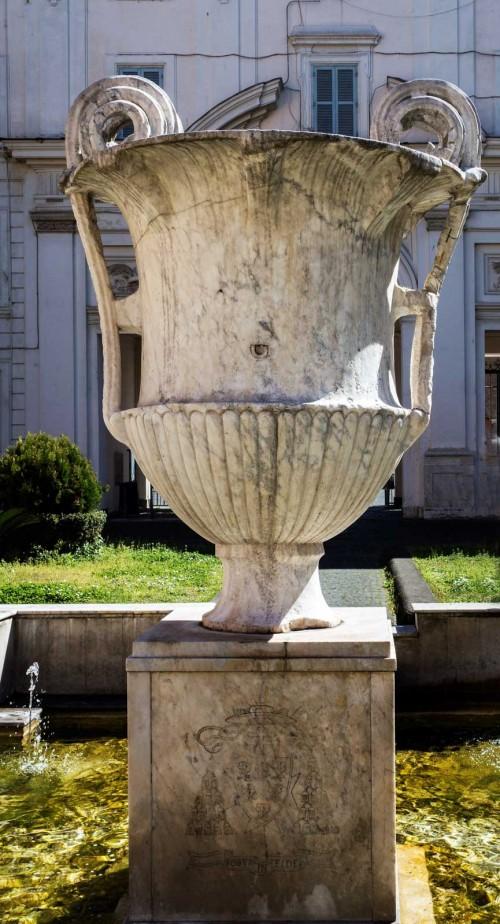 Santa Cecilia, fontanna z kantarosem w atrium kościoła