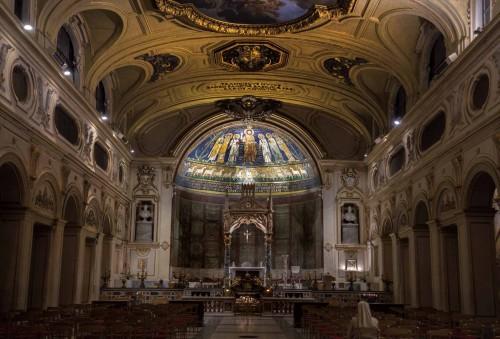 Wnętrze bazyliki Santa Cecilia, w głębi absyda z czasów papieża Paschalisa I