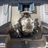 Santa Cecilia, herb kardynała Acquavivy d'Aragon w portalu wejściowym do atrium kościoła