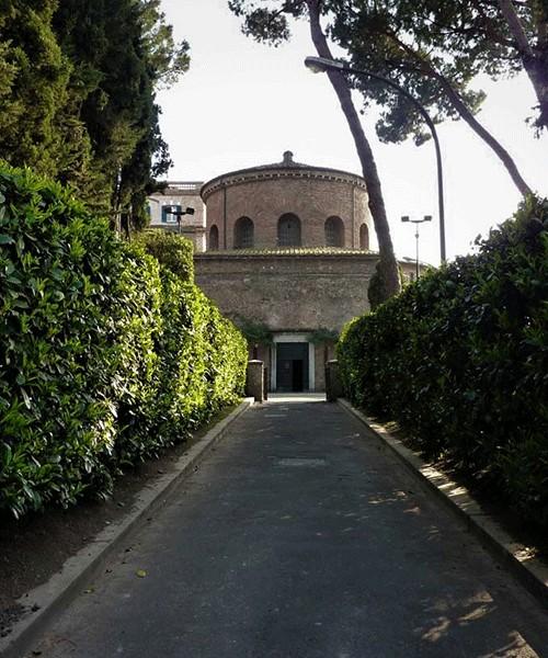 Santa Constanza (dawne mauzoleum Konstantyny) z perspektywy schodów prowadzących do katakumb św. Agnieszki