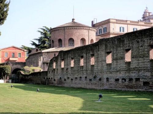 Widok na dawne mauzoleum (obecnie kościół Santa Constanza) przynależne do bazyliki cmentarnej Sant'Agnese