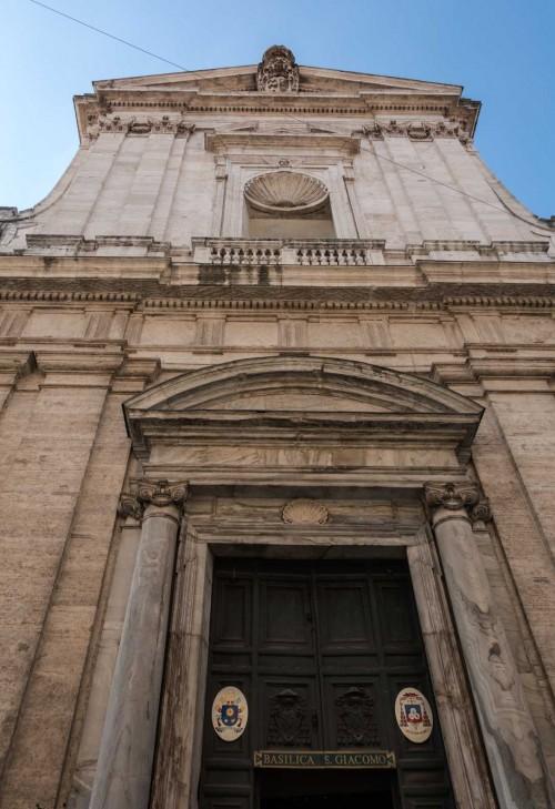 Fasada kościoła San Giacomo in Augusta z muszlami - symbolem św. Jakuba