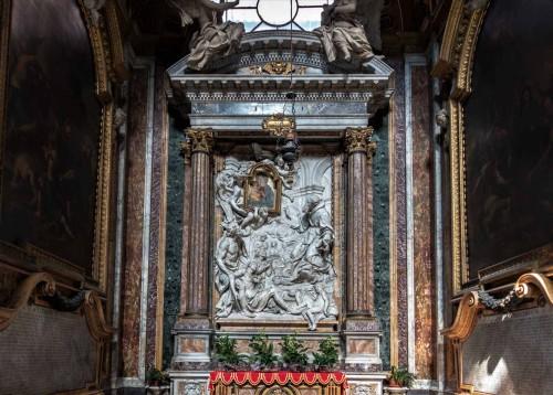 San Giacomo in Augusta, kaplica Cudownego Obrazu Marii, płaskorzeźba - Franciszek z Paoli modlący się do obrazu Madonny, Pierre Le Gros