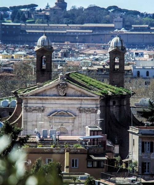 San Giacomo in Augusta, widok fasady i dwóch flankujących budowlę dzwonnic