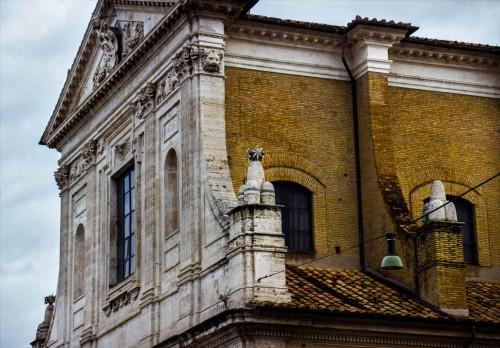 San Girolamo dei Croati, górna część fasady z gwiazdami i monti - heraldycznymi elementami godła papieża Sykstusa V