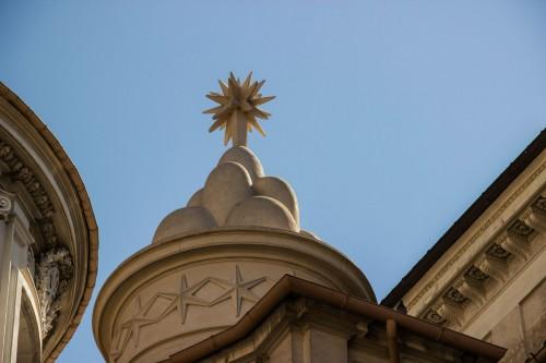 Sant'Ivo alla Sapienza, sześć gór i ośmioboczna gwiazda - elementy herbu papieża Aleksandra VII Chigi, element flankujący fasadę