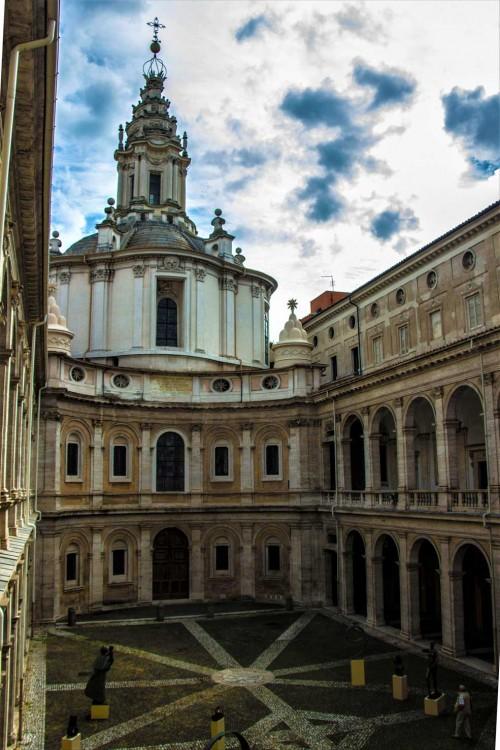 Sant'Ivo alla Sapienza, widok dziedzińca dawnego uniwersytetu i górującego nad nim kościoła