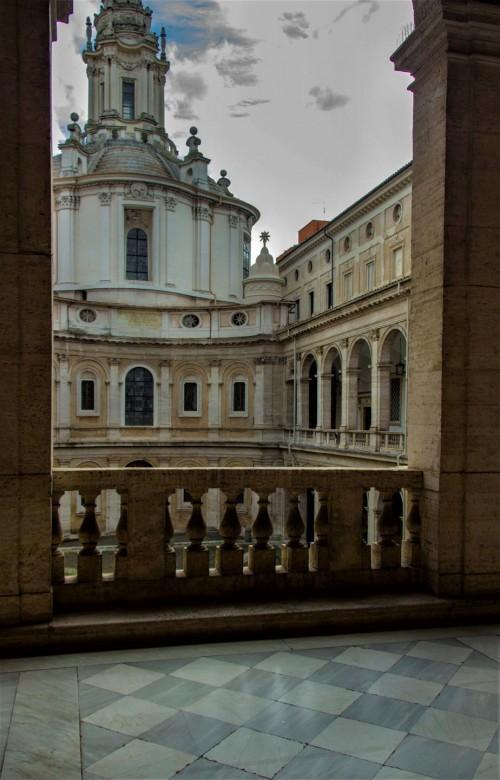 Sant'Ivo alla Sapienza, widok na fasadę kościoła z galerii okalającej kościół dawnego uniwersytetu La Sapienza