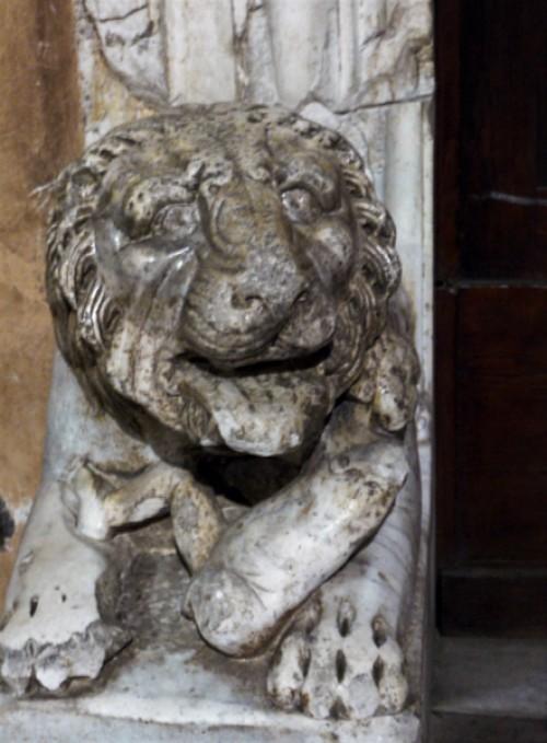 San Lorenzo fuori le Mura, jeden z lwów w przedsionku kościoła