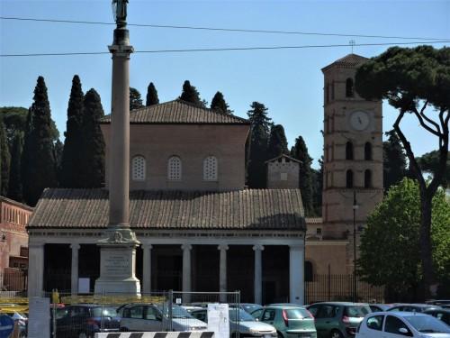 San Lorenzo fuori le mura, kolumna z posągiem św. Wawrzyńca