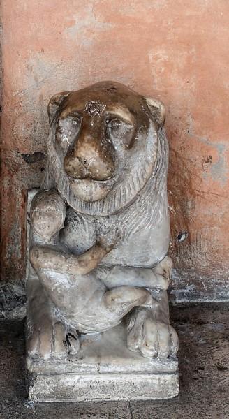 San Lorenzo in Lucina, jeden z antycznych lwów flankujących wejście do kościoła