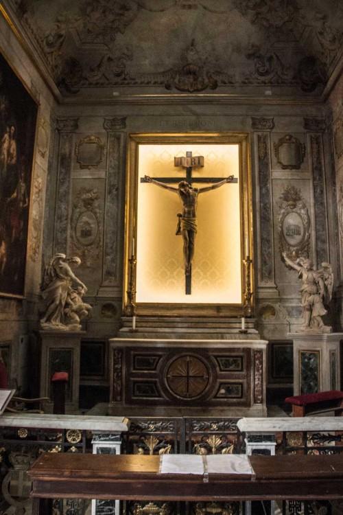 San Lorenzo in Lucina, kaplica Świętego Krzyża, krucyfiks z  XVII w.