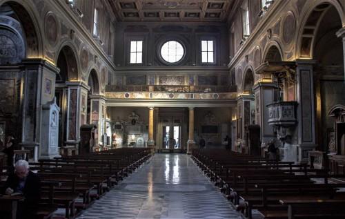 San Lorenzo in Lucina, wnętrze - widok od strony ołtarza głównego