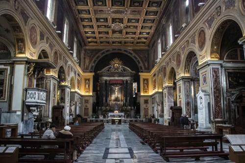 San Lorenzo in Lucina, wnętrze z widokiem na ołtarz główny