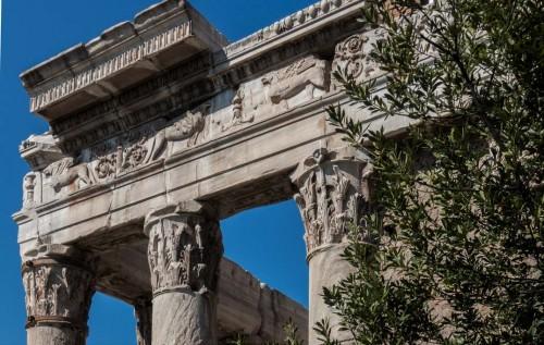 Fryz i korynckie kolumny świątyni Antonina Piusa i Faustyny, obecnie kościół San Lorenzo in Miranda