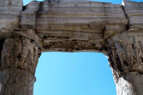 San Lorenzo in Miranda, architraw dawnej świątyni Antonina Piusa i Faustyny