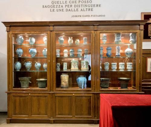 San Lorenzo in Miranda, ekspozycja naczyń farmaceutycznych w muzeum na parterze kościoła