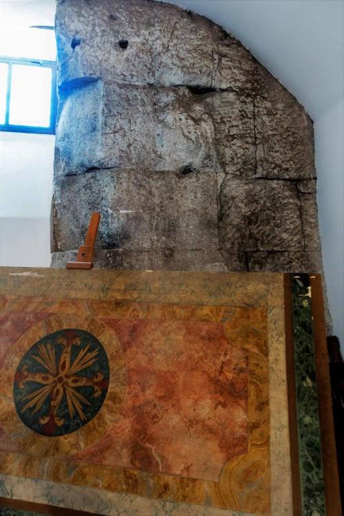 San Lorenzo in Miranda, fragment muru dawnej świątyni Antonina Piusa i Faustyny w podziemiach kościoła