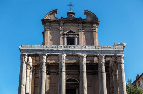 San Lorenzo in Miranda, inskrypcja przypominająca o pierwotnej funkcji kościoła - świątyni Antonina Piusa i Faustyny