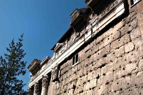 San Lorenzo in Miranda, mur dawnej świątyni Antonina Piusa i Faustyny