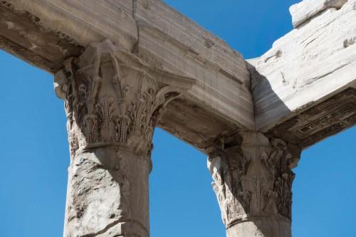 San Lorenzo in Miranda, pozostałości po korynckich kolumnach i architrawie przedsionka  świątyni Antonina Piusa i Faustyny