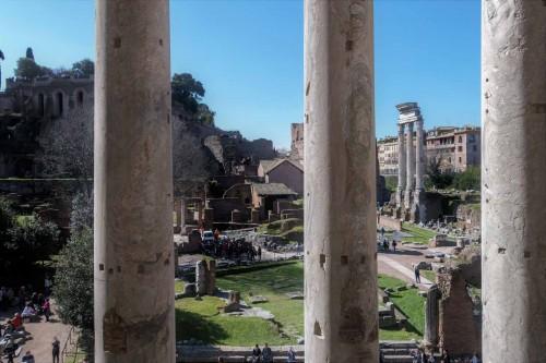 San Lorenzo in Miranda, widok na Forum Romanum z bramy dawnej świątyni Antonina Piusa i Faustyny (obecnie kościół)